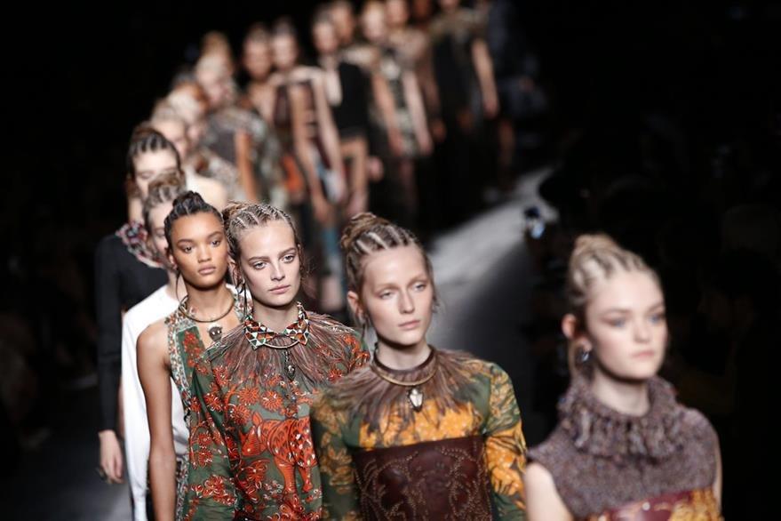 Valentino no solo opto por prendas africanas sino también peinados con trenzas. (Foto Prensa Libre: AFP).