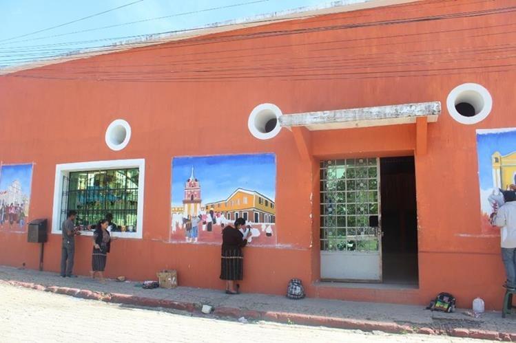 Estudiantes pintan murales en la fachada el salón municipal de la cabecera de Sololá. (Foto Prensa Libre: Édgar R. Sáenz)
