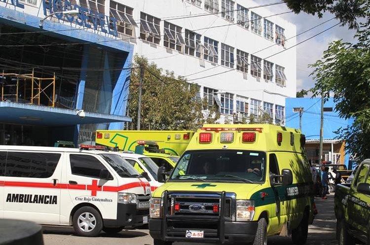 El ingreso del Hospital Roosevelt fue uno de los escenarios de terror durante el rescate violento de un reo. (Foto Prensa Libre: Carlos Hernández)