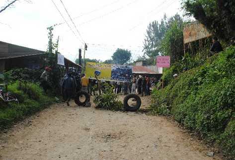 En noviembre de 2011, pobladores de Barillas bloquearon el camino hacia la hidroeléctrica y destruyeron dos almacenes y maquinaria de la compañía. (Foto HemerotecaPL)