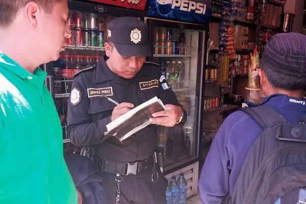 El presunto  delincuente fue entregado a la PNC. (Foto Prensa Libre: Óscar Figueroa)