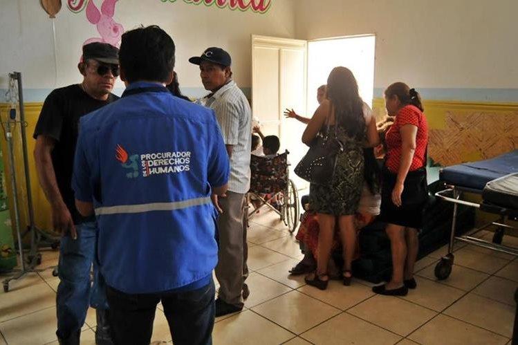 Personal de la Procuraduría de los Derechos Humanos visitan el Hospital Regional de Coatepeque, por caso de niño quemado. (Foto Prensa Libre: Alexánder Coyoy)