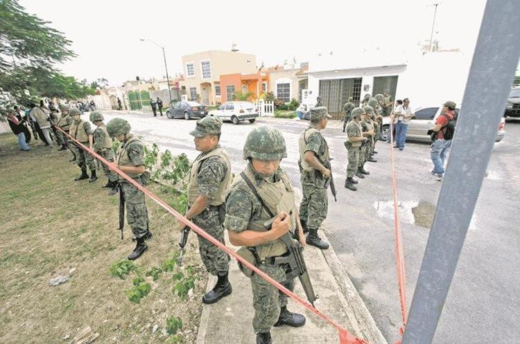 Miembros del Ejército y la Marina Armada de México resguardan una zona residencial en el centro de recreo de Cancún en el caribe mexicano. (Foto Prensa Libre: EFE)