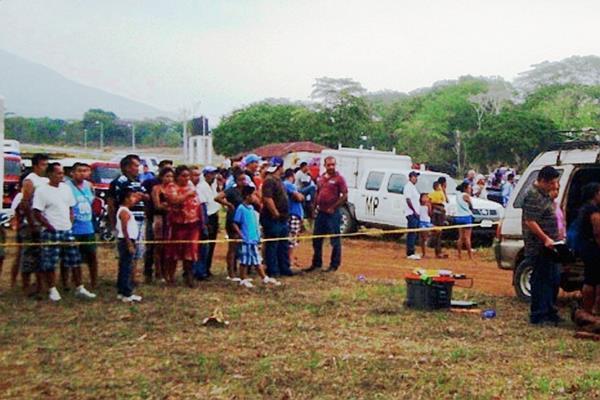 Vecinos de  Chiquimulilla, Santa Rosa, observan la escena del crimen. (Foto Prensa Libre: Oswaldo Cardona)