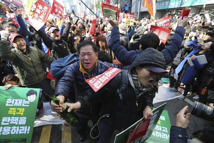 Coreanos celebran la destitución formal de su presidenta. (Foto: AP)