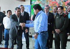 Los alcaldes de Tajumulco e Ixchiguán se dan un abrazo se señal de paz. (Foto Prensa Libre: cortesía Presidencia)