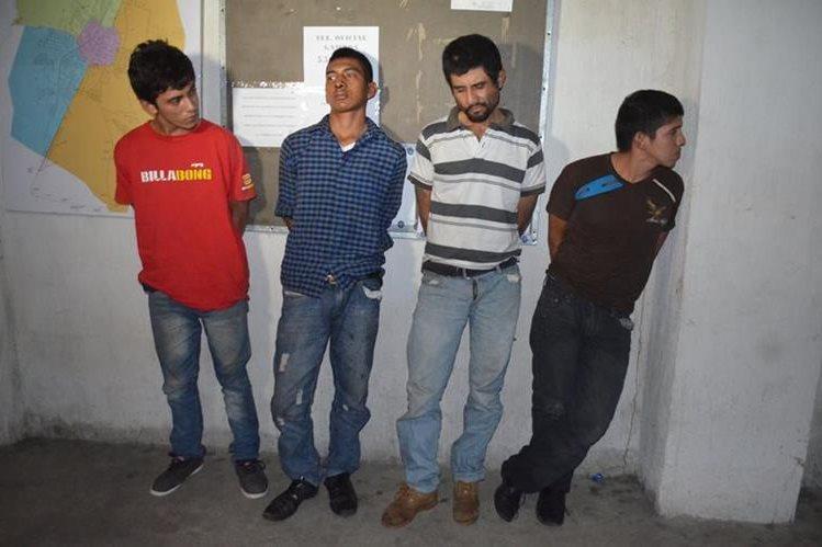 Los cuatro capturados en la cabecera de Retalhuleu son sindicados de haber saqueado un negocio. (Foto Prensa Libre: Jorge Tizol)