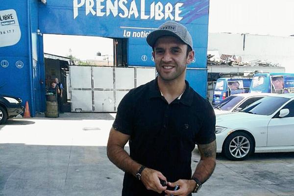José Manuel Contreras en su llegada a las instalaciones de Prensa Libre. (Foto Prensa Libre: Carlos Vicente)