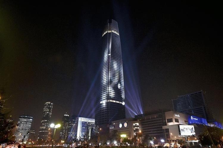 La Torre de Santiago se iluminó anoche con los colores de la  Copa América 2015. (Foto Prensa Libre: AFP)