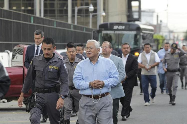 Edin Barrientos encabeza la fila de 27 capturados que se presentan a la Torre de Tribunales. (Foto Prensa Libre: Edwin Bercián)