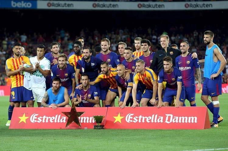 Los jugadores del Barcelona festejan luego de ganar el trofeo Joan Gamper frente al Chapecoense. (Foto Prensa Libre: EFE)
