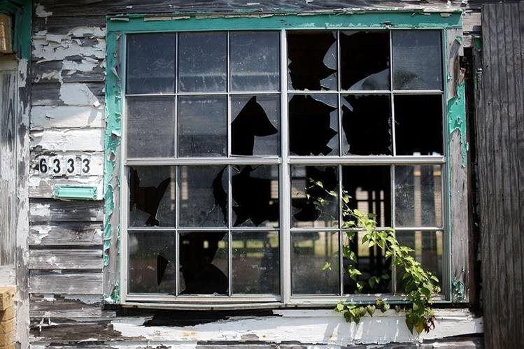La vegetación crece en una vivienda que fue abandonada en Nueva Orleans tras el paso de Katrina, más de 100 mil personas dejaron la ciudad y no regresaron. (Foto Prensa Libre: AFP).