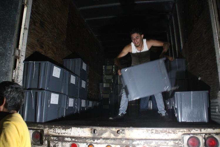 Parte de las papeletas electorales que fueron trasladadas a Huehuetenango. (Foto Prensa Libre: Mike Castillo)