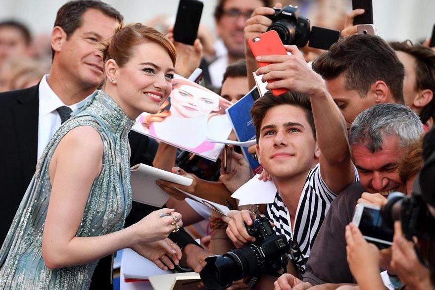 Emma Stone posa y se toma fotos con sus fans durante la presentación de La La Land, en Venecia, Italia.