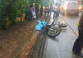 Lugar donde murieron tres hombres en un aparente asalto en Morales, Izabal. (Foto Prensa Libre: Dony Stewart).