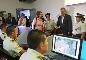 R. Gil Kerlikowske, comisionado del Servicio de Aduanas y Protección Fronteriza de EE. UU. —derecha, de saco—, visita la Comisaría Modelo de Mixco. (Foto Prensa Libre. Esbin García)