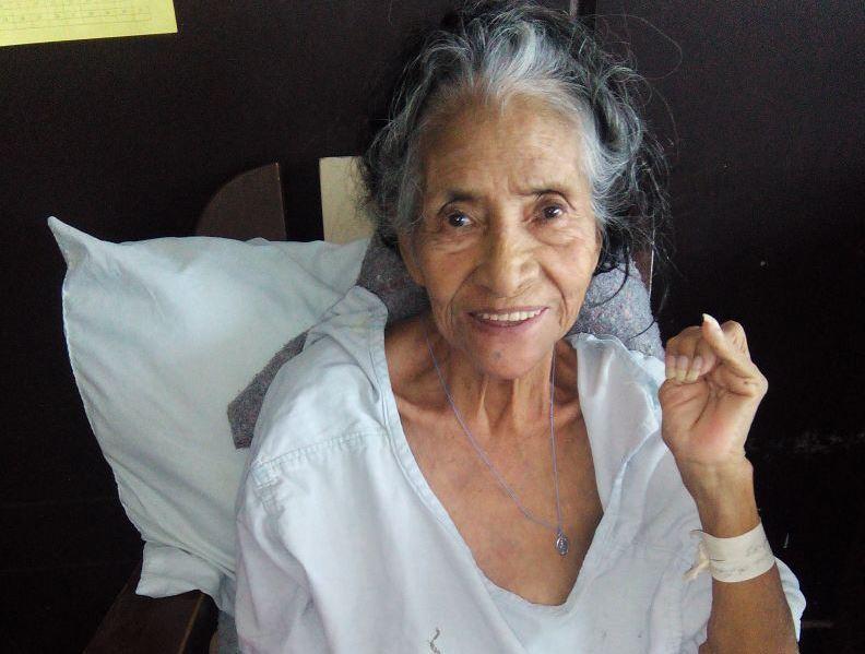 Edelmira de León ya fue dada de alta, pero su hija no ha llegado a recogerla al hospital. (Foto Prensa Libre: Hospital San Juan de Dios)