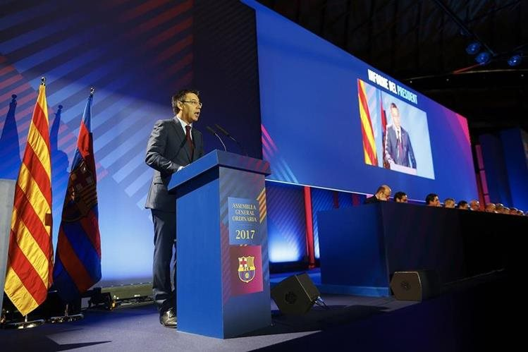 El presidente del FC Barcelona, Josep María Bartomeu, durante su intervención en la asamblea General Ordinaria del club. (Foto Prensa Libre: EFE)