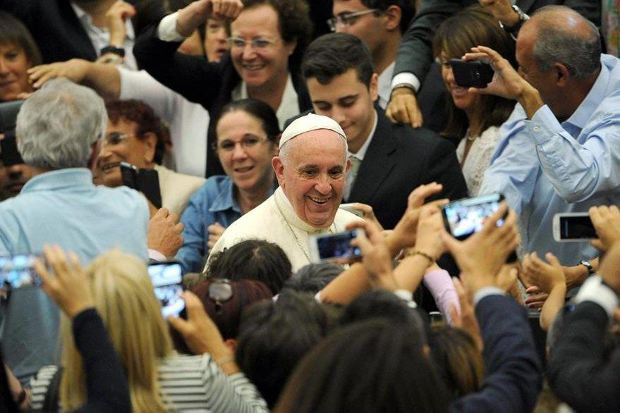 Como ya es costumbre los domingos, el Papa recorre la Plaza de San Pedro en el Vaticano. (EFe)