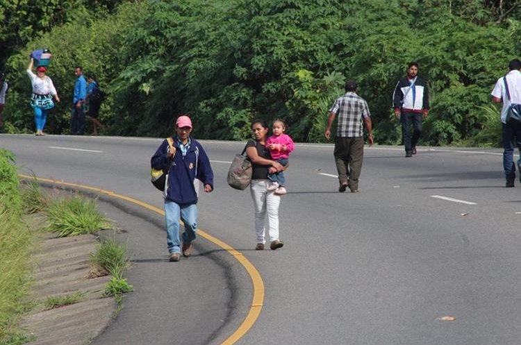 Personas lamentaron que no se deje circular al transporte, debido a que los trechos a caminar son largos y muchos compromisos son incumplidos.