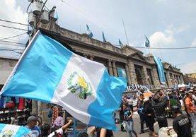 Decenas de personas protestan contra la corrupción frente al Congreso de la República. (Foto Prensa Libre: Érick Ávila)