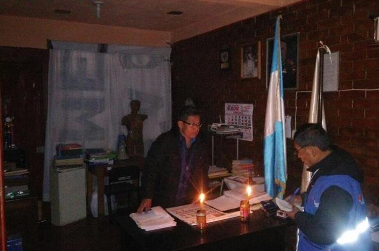 En la Escuela de Aplicación Guillermo Arturo de la Cruz, en Cobán, también se ven afectados por la falta de energía eléctrica. (Foto Prensa Libre: Eduardo Sam).