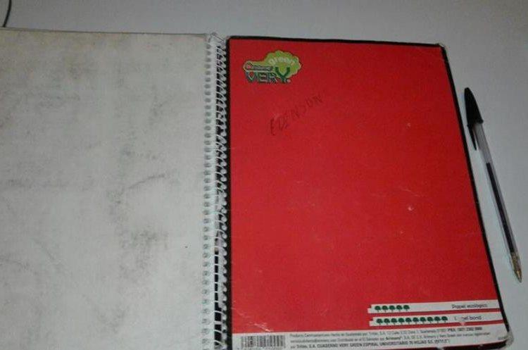 Este es el pequeño cuaderno que Edinson López usa para dibujar. (Foto Prensa Libre: Edinson López)