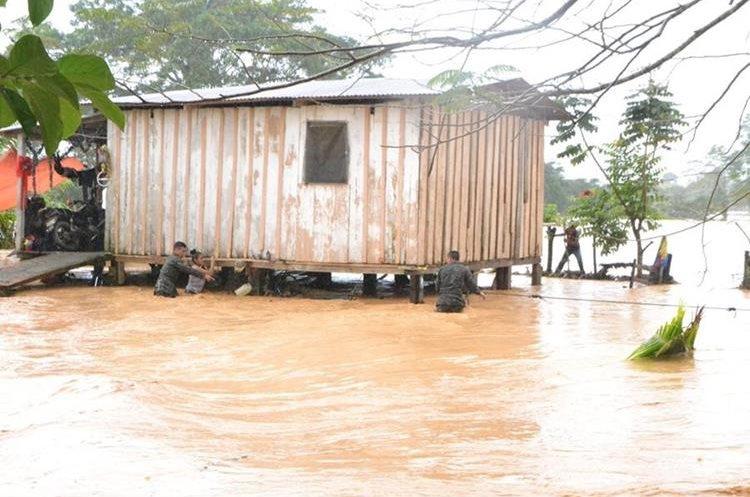 Elementos del Ejército de Guatemala ayudan a personas para llegar a los refugios.