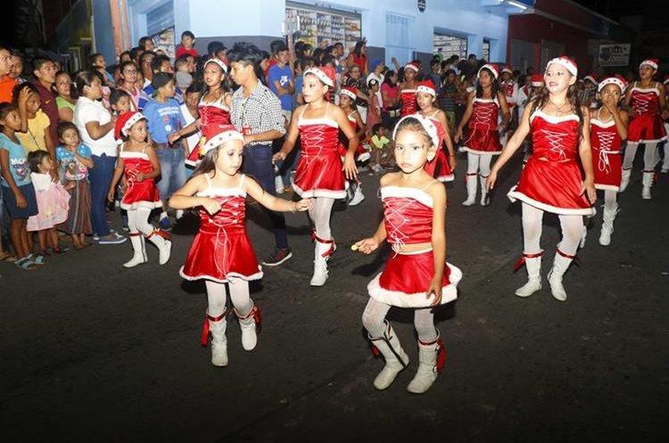 Niñas bailan al ritmo de música navideña. (Foto Prensa Libre: Rolando Miranda)