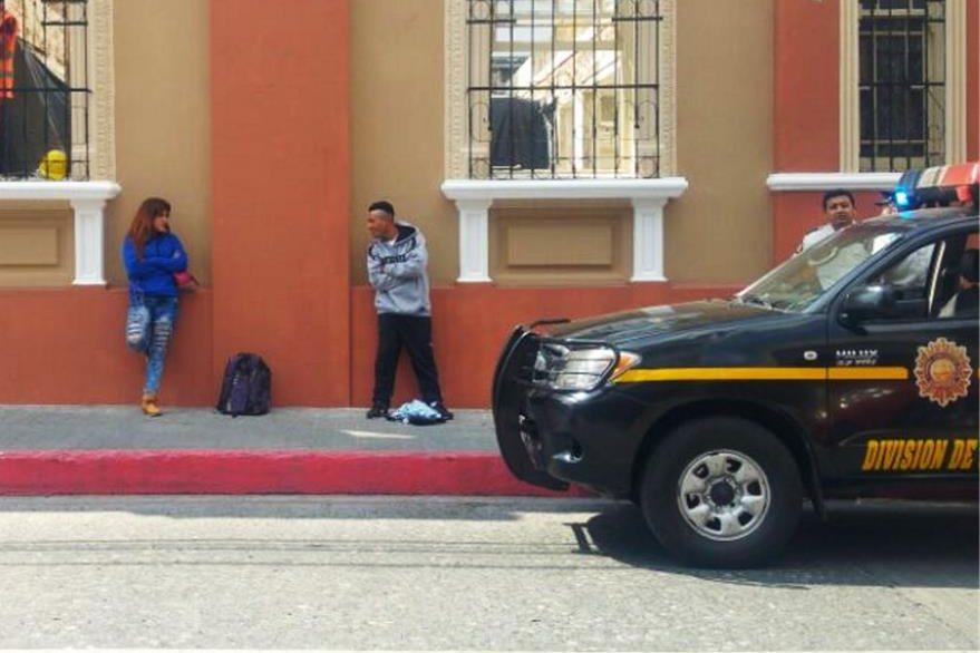Momento en que la pareja fue registrada por agentes policiales.