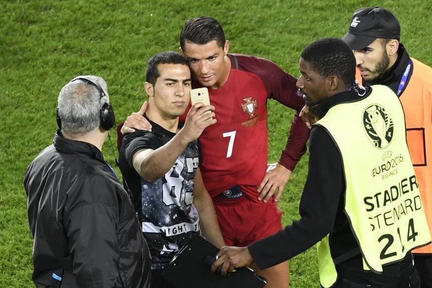 El seguidor pudo cumplir con su objetivo y se tomó la selfie con Cristiano Ronaldo. (Foto Prensa Libre: AFP)