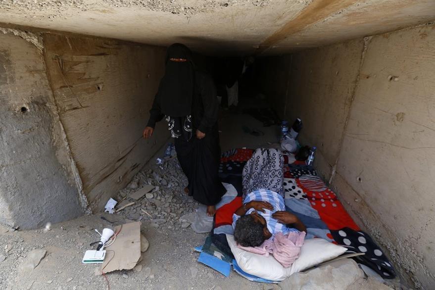 Condenados a vivir en un túnel, yemeníes que sufren por la guerra buscan refugio en un ducto de agua subterráneo. (Foto Prensa Libre: EFE).
