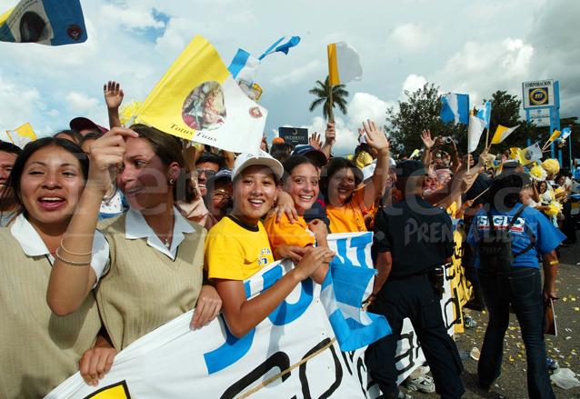 Jóvenes venidos de todas partes del país esperaron por horas para ver el Papamóvil con el Papa Juan Pablo II. (Foto Prensa Libre: Hemeroteca)
