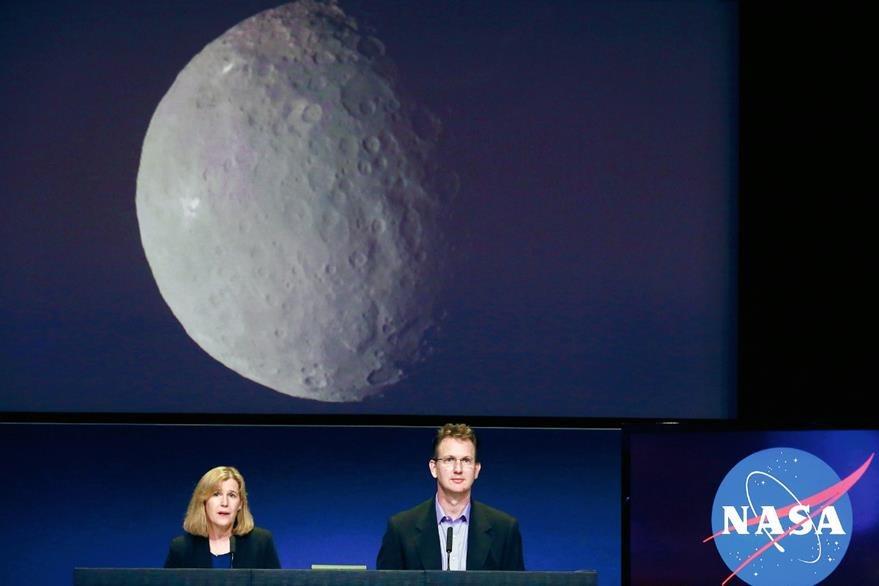 Robert Mase  (centro), director de proyectos de la misión  Dawn, ofrece una conferencia de prensa. (Foto Prensa Libre: AP