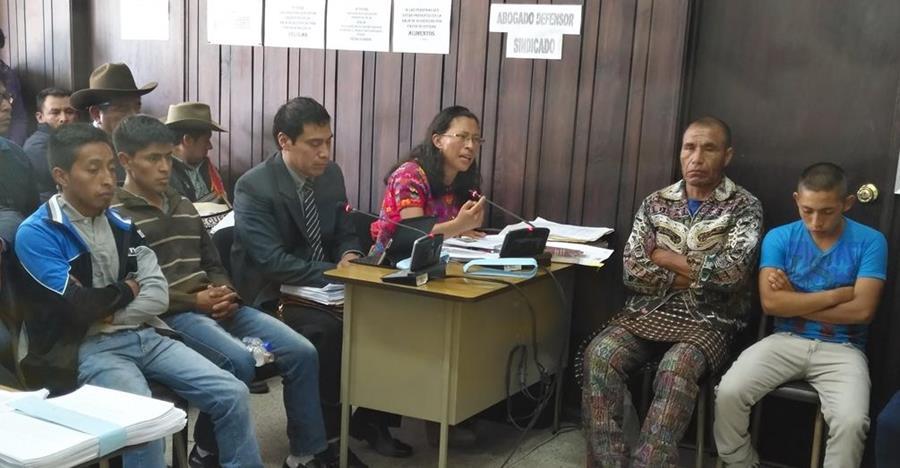 Los cuatro sindicados de haberle dado muerte al subinspector de la PNC fueron enviados a juicio. (Foto Prensa Libre: Ángel Julajuj)