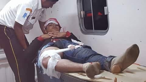 Ricardo Oliveros Cucul, de 18 años, es atendido por un socorrista en la ambulancia. (Foto Prensa Libre: Rigoberto Escobar)