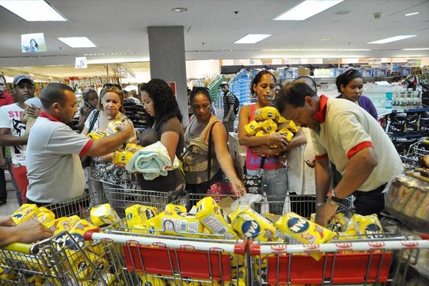 La escasez de productos básicos agobia a los venezolanos. (Foto: Internet).
