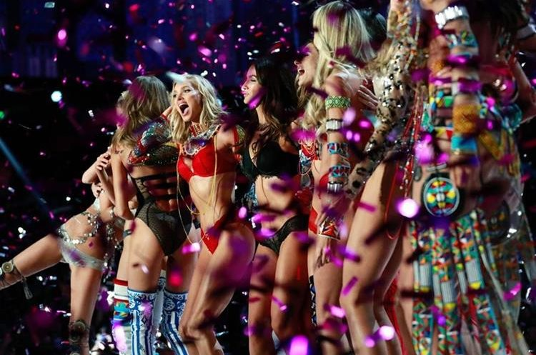 Modelos celebran la presentación de las creaciones de Victoria's Secret