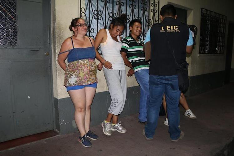 Tres adultos fueron trasladados a un juzgado de Turno y una menor de edad fue remitida a un juzgado de Menores. (Foto Prensa Libre: Enrique Paredes)