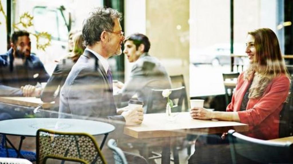 Estas relaciones pueden mejorar los niveles de felicidad y productividad, pero también pueden causar celos y confusión. GETTY IMAGES
