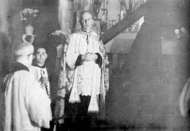 Ceremonia de Consagración de Jesús del Consuelo. Aparece frente al Nazareno, Fray Celestino Fernández, Obispo de San Marcos; Fray Miguel Murcia y Fray Lázaro Lamadrid de espaldas. (Foto: Hemeroteca PL)
