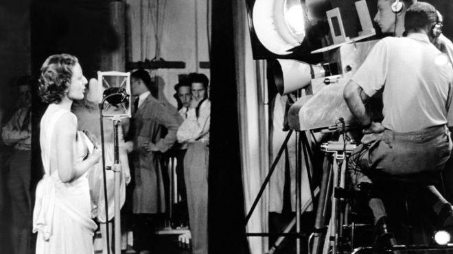 """La primera transmisión de televisión, el 2 de noviembre de 1936, incluyó la canción """"Here´s looking at you"""" (""""Aquí estoy mirándote"""")"""