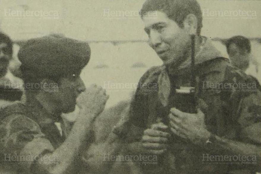 09/05/1989. Platica entre oficiales de la Brigada de Mariscal Zavala y con quien dirigía al grupo alzado del pañuelo celeste. (Foto: Hemeroteca PL)