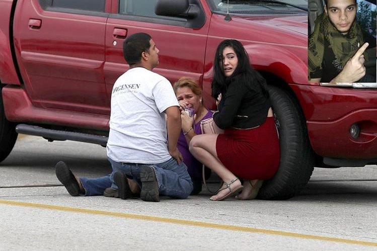 Pasajeros tratan de ponerse a salvo después de la balacera perpetrada por un exmilitar hispano (inserto). Foto Prensa Libre: AFP).