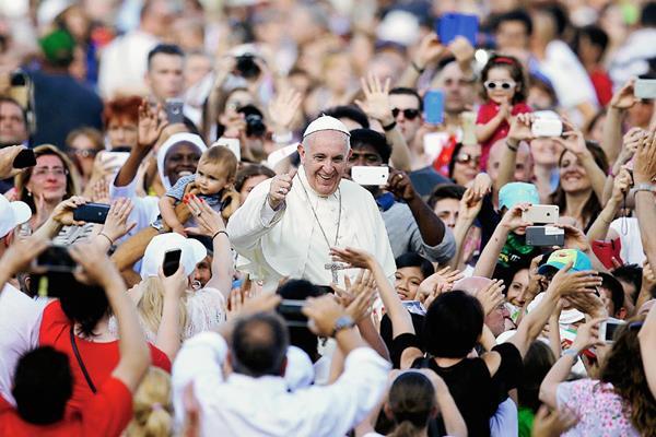 El Papa Francisco bendice a los fieles a su llegada en la plaza de San Pedro, en el Vaticano, (Foto Prensa Libre/AP).