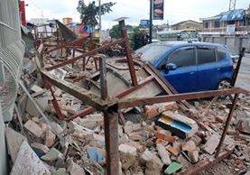 Las calles de Quetzaltenango quedaron llenas de escombros, pues varias estructuras de adobe cayeron debido a lo fuerte del temblor. (Foto Prensa Libre: Carlos Ventura)