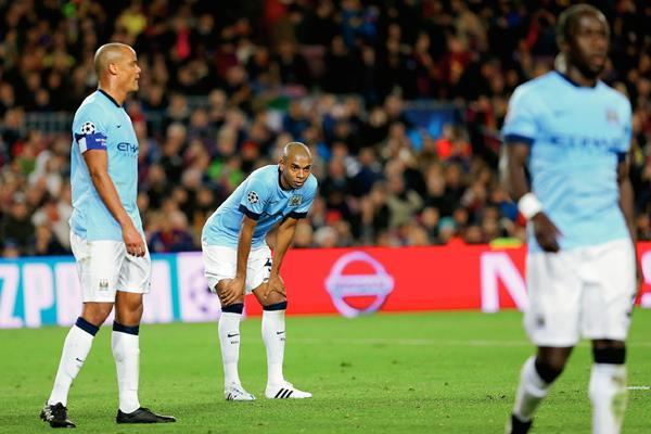 La decepción de los jugadores del Manchester City es evidente tras la eliminación de la Liga de Campeones de Europa por el Barcelona. (Foto Prensa Libre: AP)