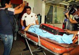 Uno de los dos menores heridos en Champerico es ingresado al Hospital Nacional de Retalhuleu. (Foto Prensa Libre: Rolando Miranda)