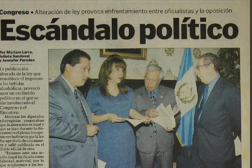 Alvaro Hugo Rodas, Anabella de León y Angel Mario Salazar, diputados unionistas, junto a Efraín Ríos Montt, presidente del Congreso, al pedir la documentación de la sesión del 27 de junio del 2000. (Foto: Hemeroteca PL)
