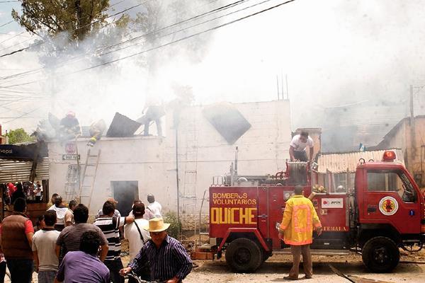 Socorristas sofocan  incendio  en Santa Cruz del Quiché, Quiché. (Foto Prensa Libre: Óscar Figueroa)